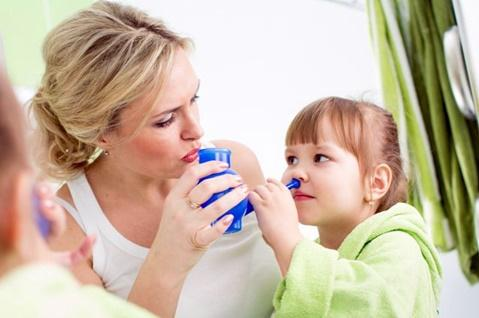 мама промывает ребенку нос