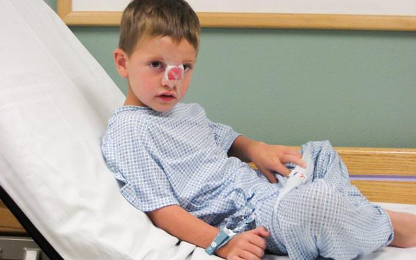 мальчик в больнице с переломом носа