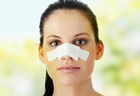 компресс у девушке на носу
