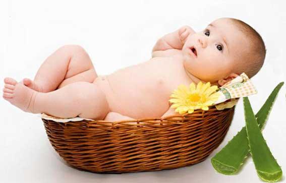 маленький ребенок в корзине