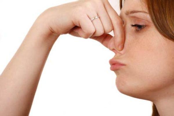 девушка держит нос