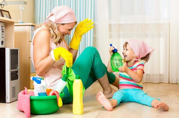 мама с дочкой убирают в доме