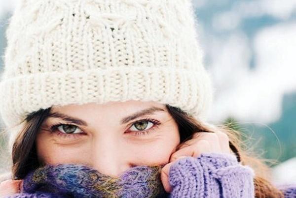 девушка закрывала нос шарфом