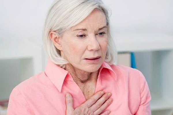 женщине тяжело дышать