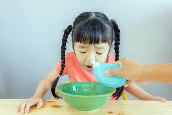 Как промыть нос в домашних условиях при насморке раствором