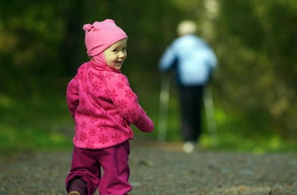 ребенок гуляет в парке