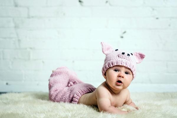 ребенок в шапочке на кровати