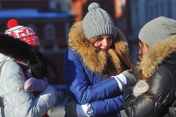 девушки стоят на холоде