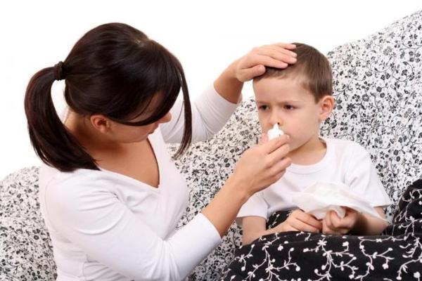мама закапывает капли ребенку