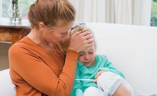 мама трогает лоб ребенка