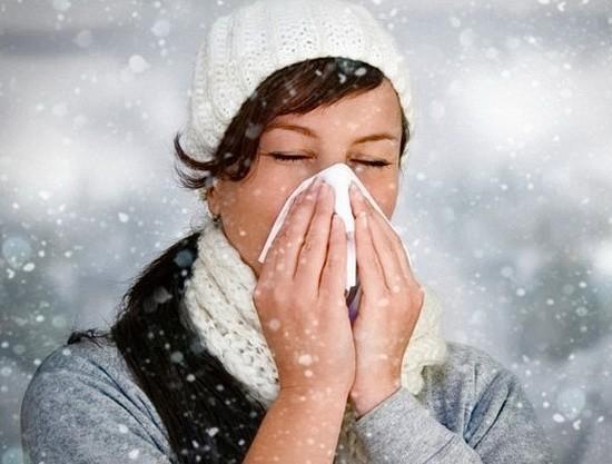 насморк у девушки на холоде