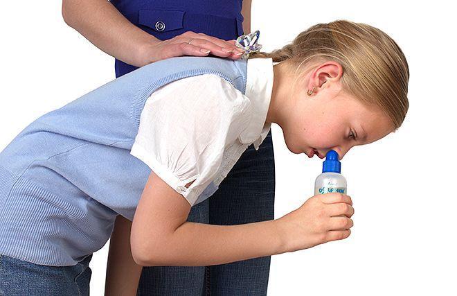 мама с девочкой промывает нос