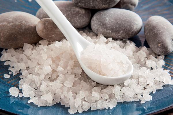морская соль в ложке