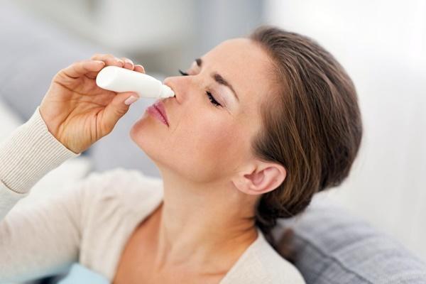 девушка закапывает капли в нос