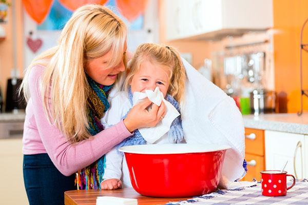 мама с девочкой прогревают нос