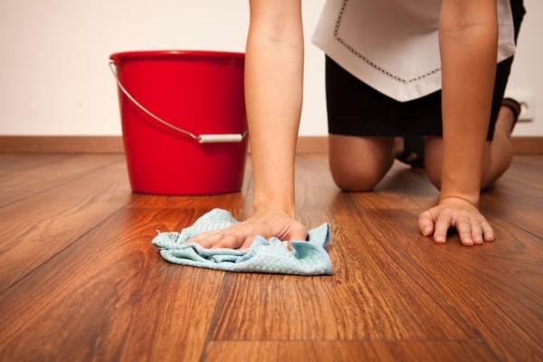 девушка моет полы дома