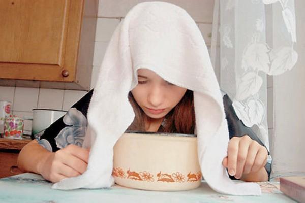 девушка делает ингаляцию картошкой