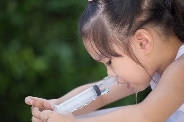 девочка промывает себе нос