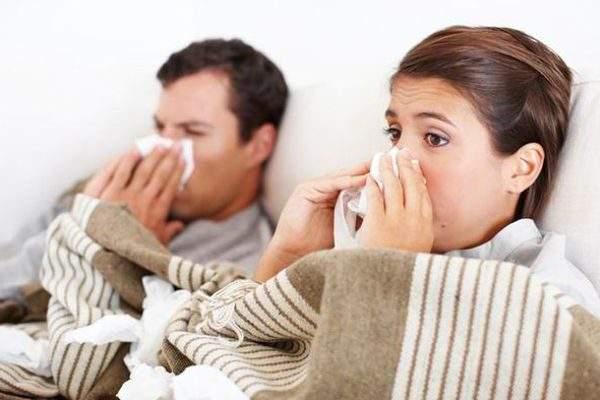 мужчина и женщина с насморком