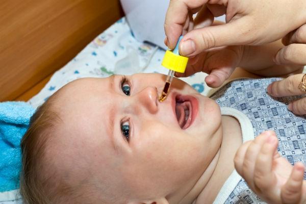 закапывание капель младенцу
