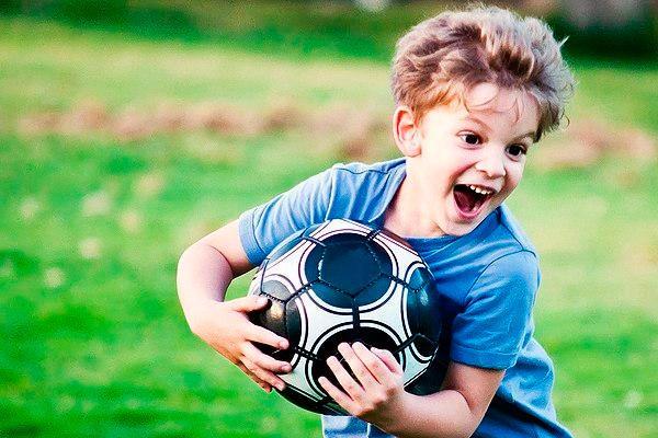 ребенок занимается спортом на улице