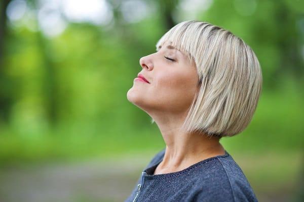 женщина дышит носом