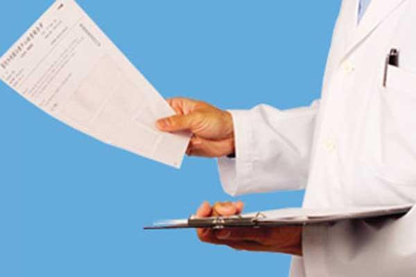 врач с бумагами