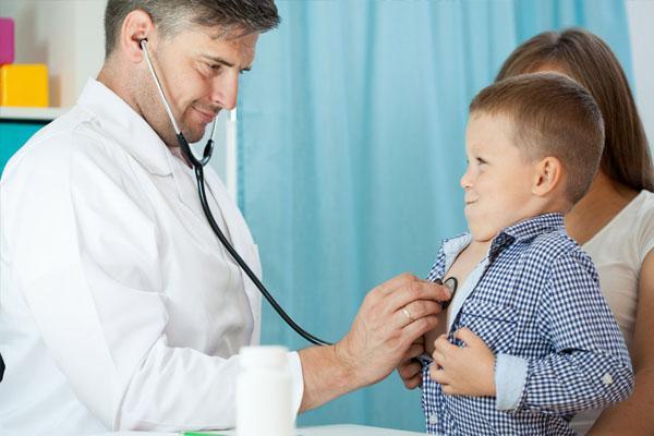 врач слушает мальчика
