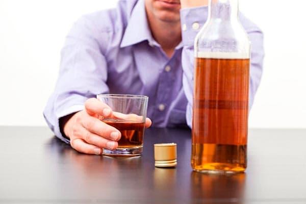 мужчина с алкоголем