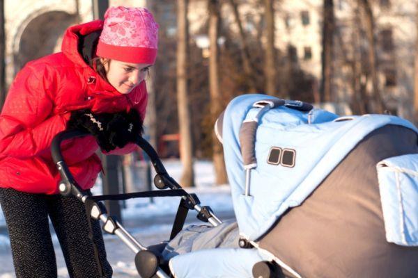 мама с коляской на улице