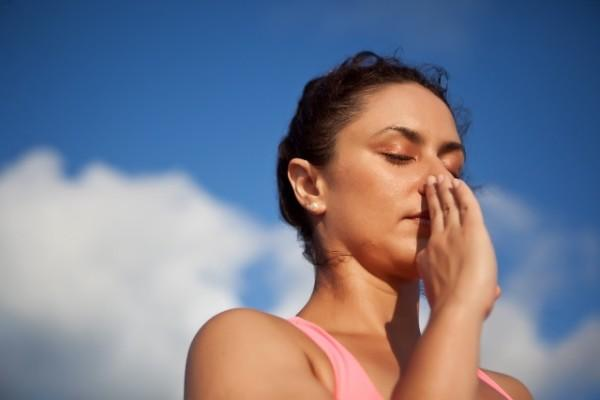 девушка дышит носом