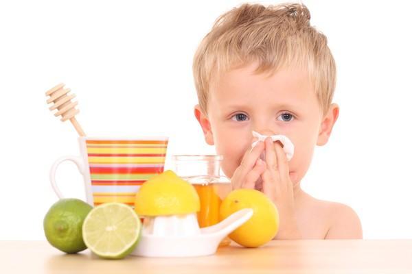 ребенок с насморком и лимоны
