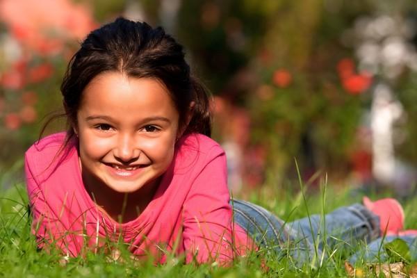 девочка лежит в траве