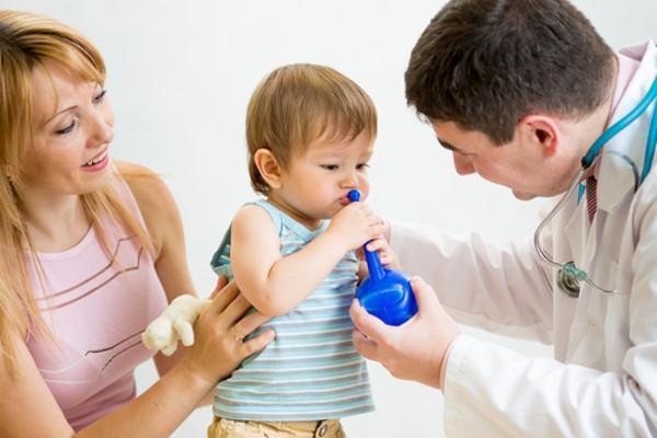 врач делает промывание ребенку