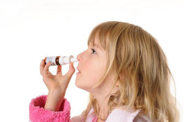 ребенок сам себе закапывает нос