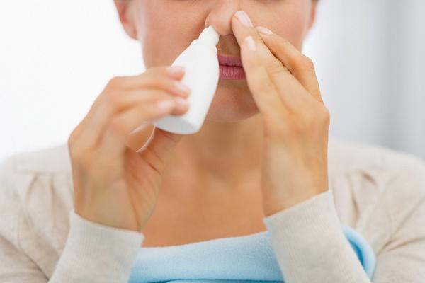 девушка закапывает нос