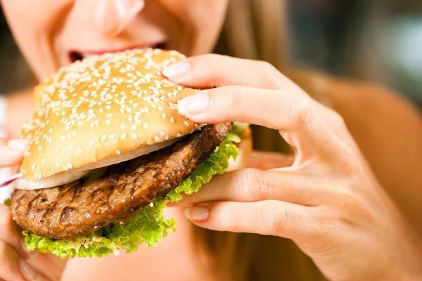 девушка ест бургер