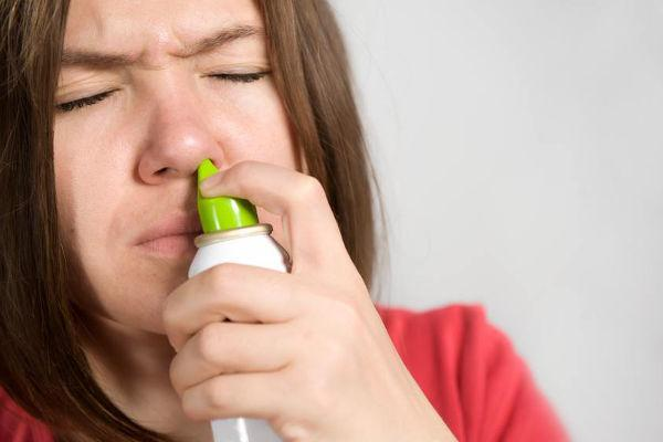вспрыскивание спрея в нос