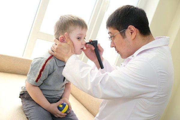 лор осматривает нос ребенка