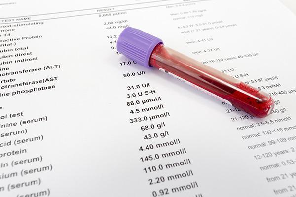 пробирка с кровью и листок с анализами