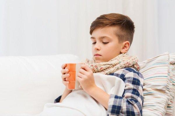 мальчик в постели с чаем