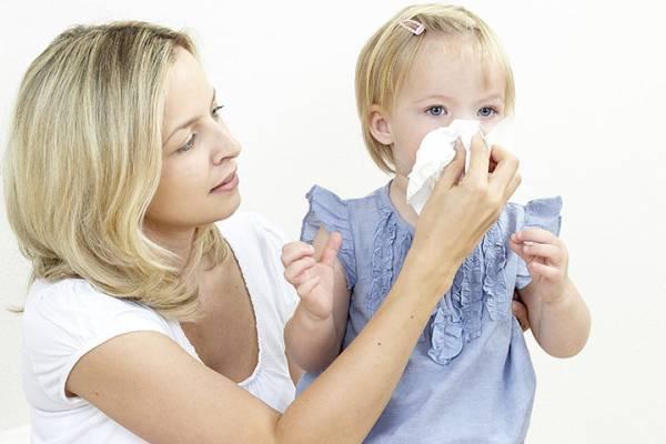 мама высмаркивает нос ребенку
