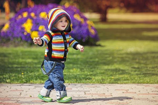 ребенок гуляет по улице