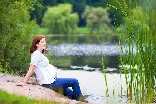 беременная возле водоема