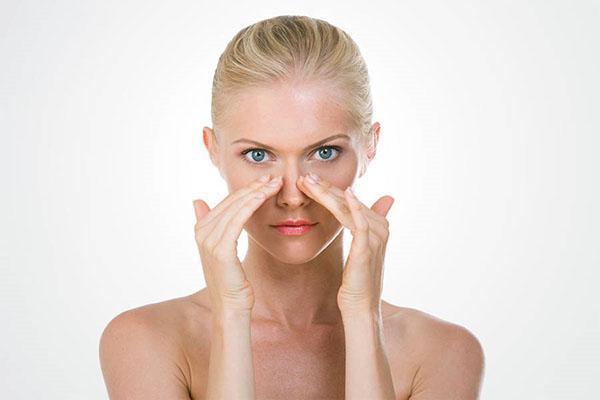 девушка делает массаж носа