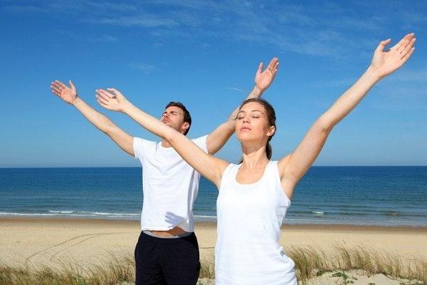 мужчина и женщина делают дыхательную гимнастику