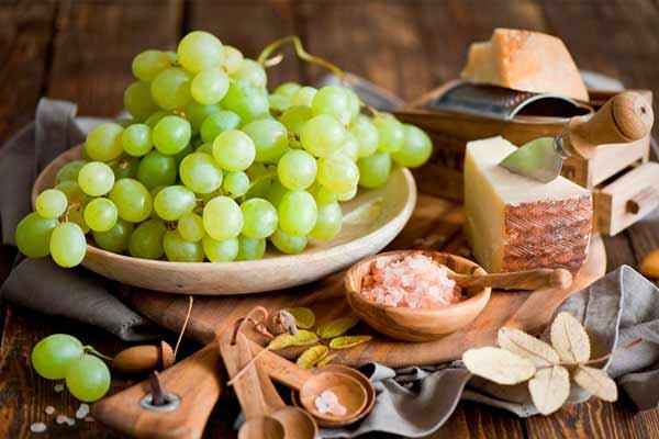 зеленый виноград в тарелке
