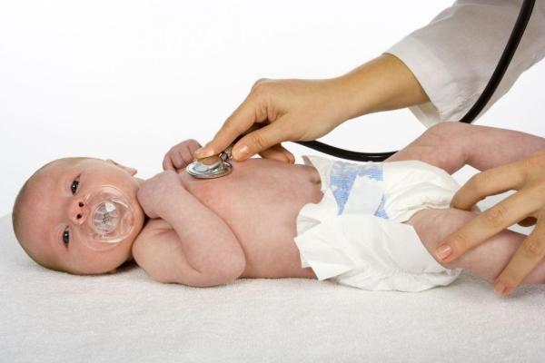 врач слушает грудничка