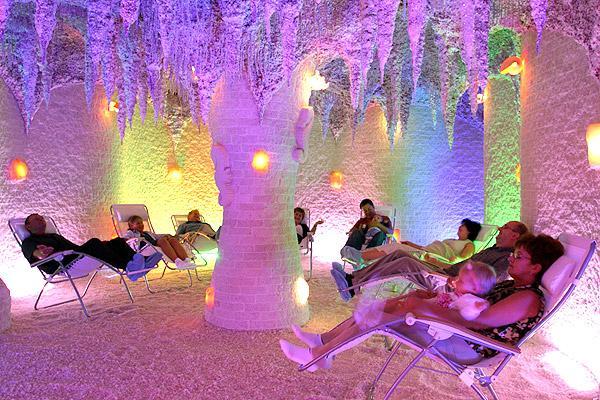 люди в соляной пещере