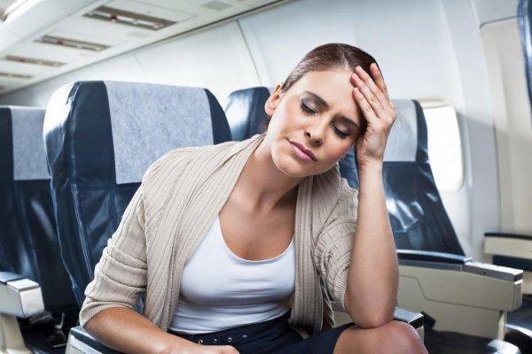 у девушки в самолете болит голова